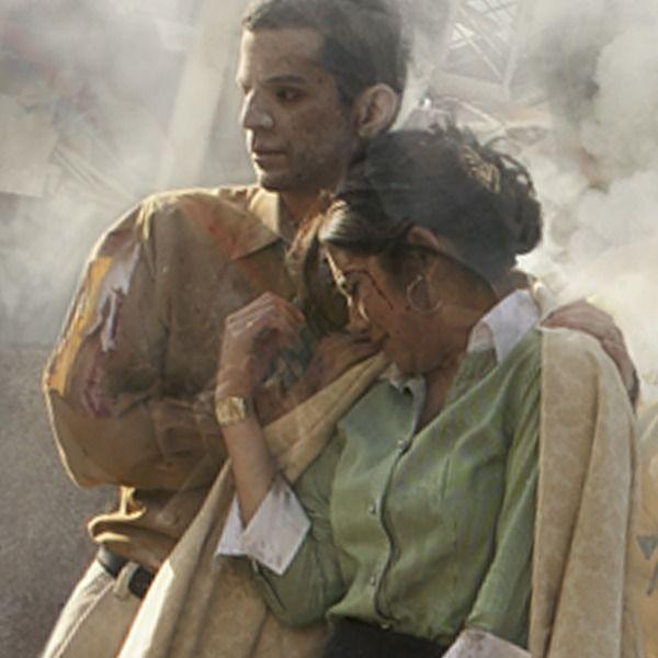 Personas saliendo de un edificio después de una catástrofe