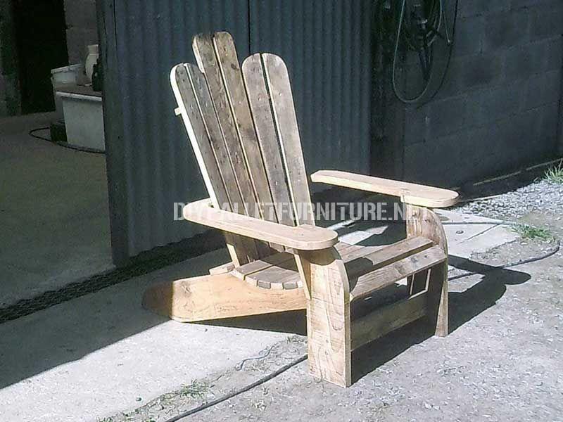 Chaise adirondack construite avec des planches de palettes for Modele de fauteuil en palette