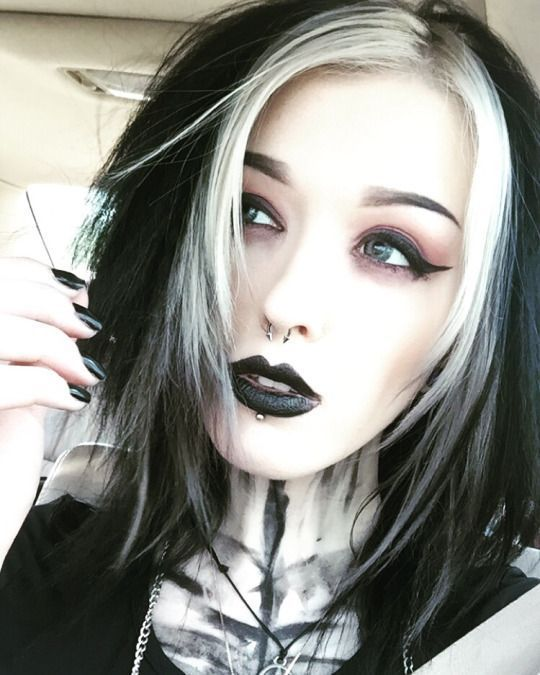 Pin By Alessandra On Hairstyles To Try Gothic Hairstyles Goth Hair Goth Beauty