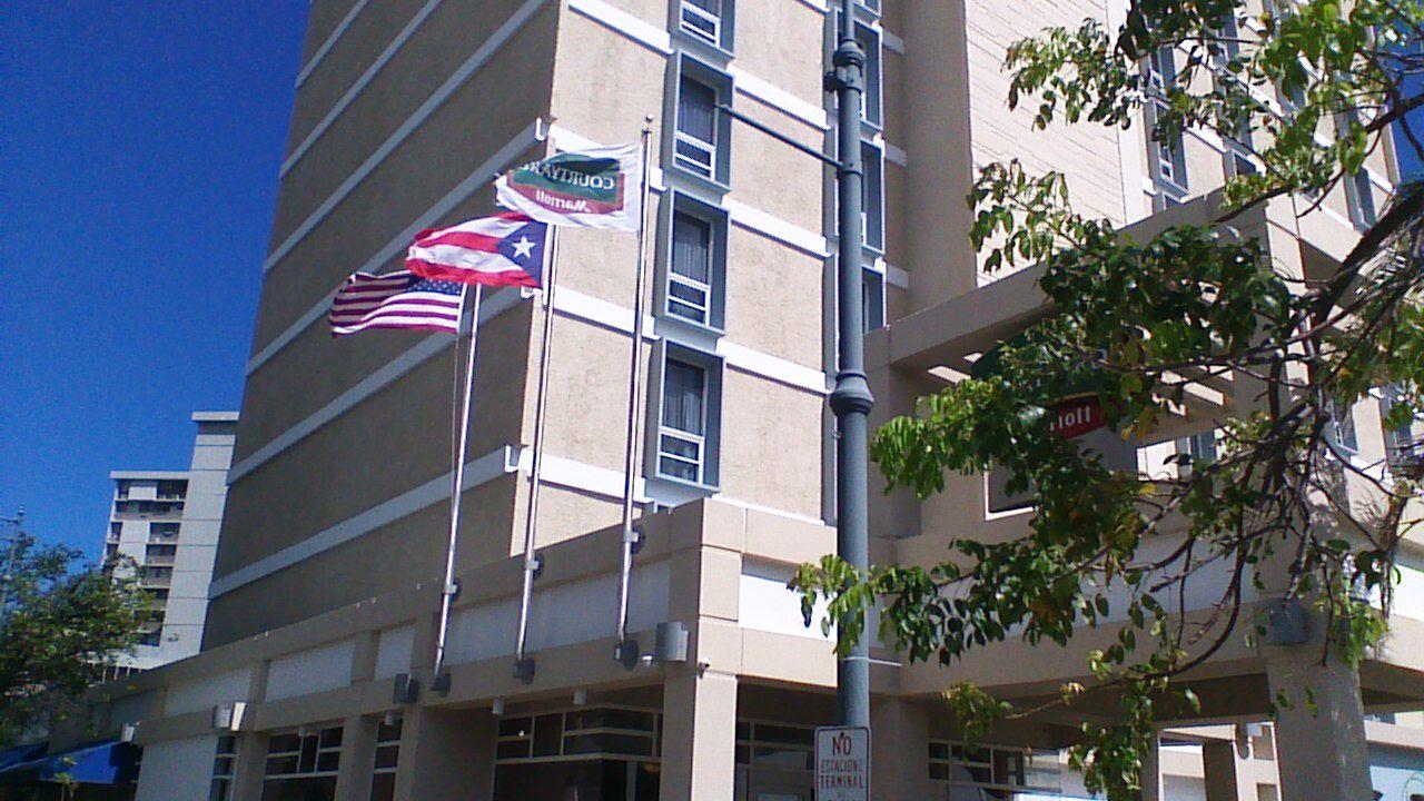 Marriot Hotel Santurce 8:53, las banderas estaban colocadas en el orden correcto, la de Estados Unidos y la bandera de la cadena ambas estaban sucias y rotas. No siguiendo el reglamento.