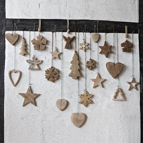 Coeurs en bois naturel à suspendre. Idéal pour une décoration de Noël, ces  jolies suspensions en forme de coeur trouveront leur place dans votre sapin.