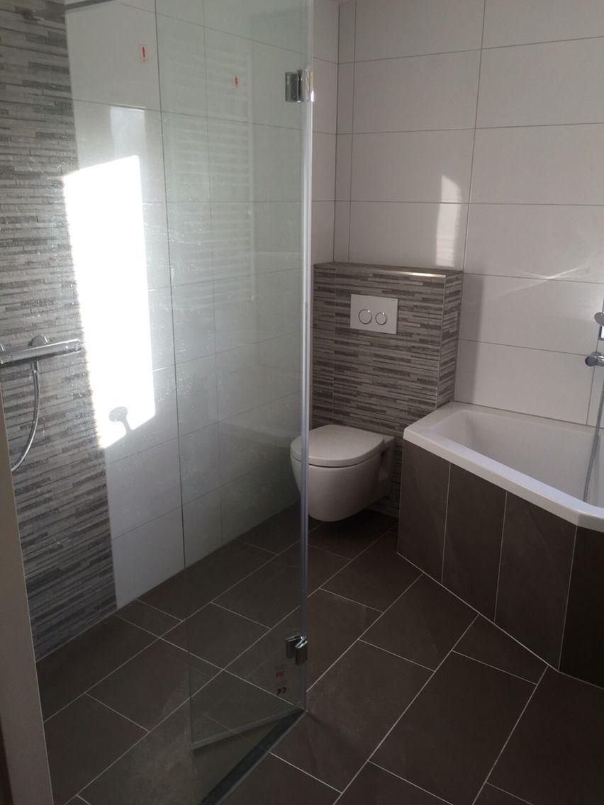 Taupe tegels op de vloer met grapje achter het toilet | Portfolio ...