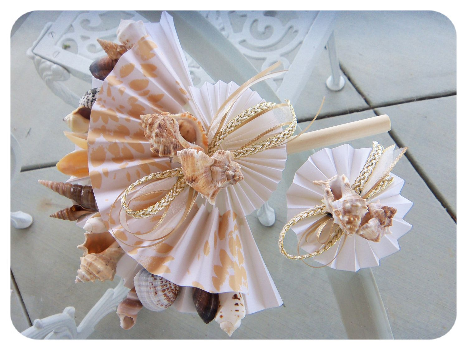 KeepSakeCenterpieces_etsy_beautiful_pretty_bridal_wedding_bouquet_destination_tropical_shells_fan_origami_seashells_sea_DIY_elegant_alternative_beach_braid_ribbon_natural_non_floral_off_beat.jpg 1.500×1.125 piksel