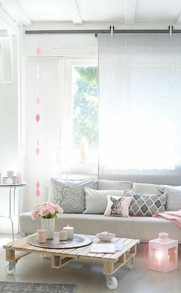 table de salon en palette jolie lanterne rose et beaux coussins
