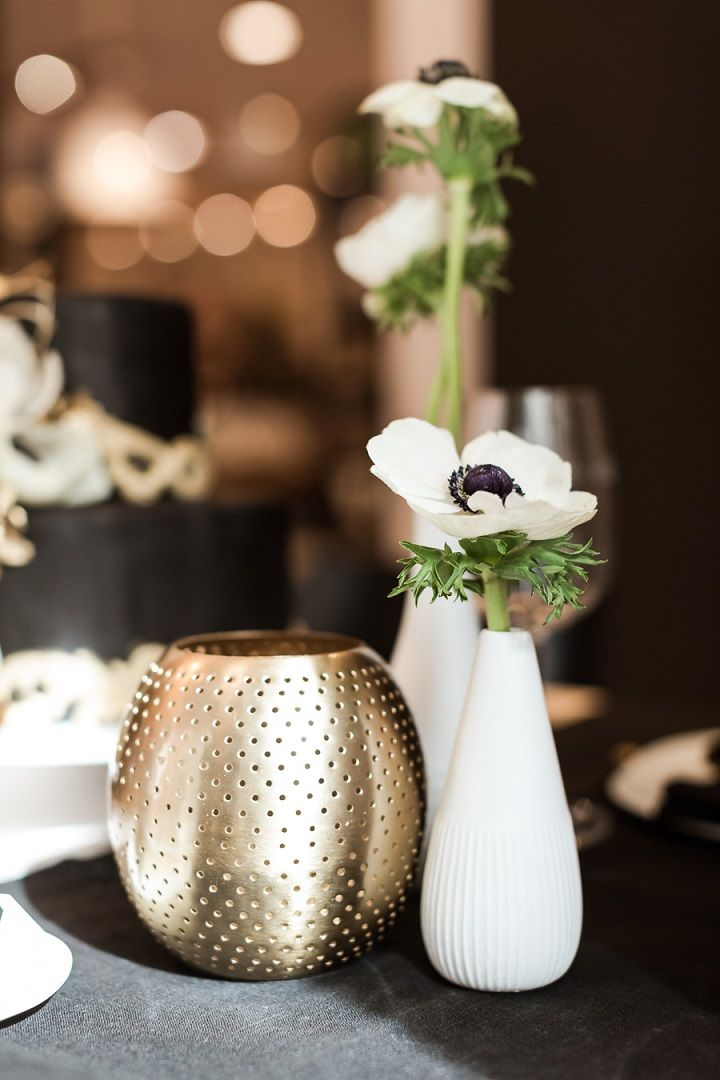 Black Gold and White Wedding | fabmood.com #wedding #modernwedding #blackgold #blackgoldwedding #placesetting #tablesetting #modern