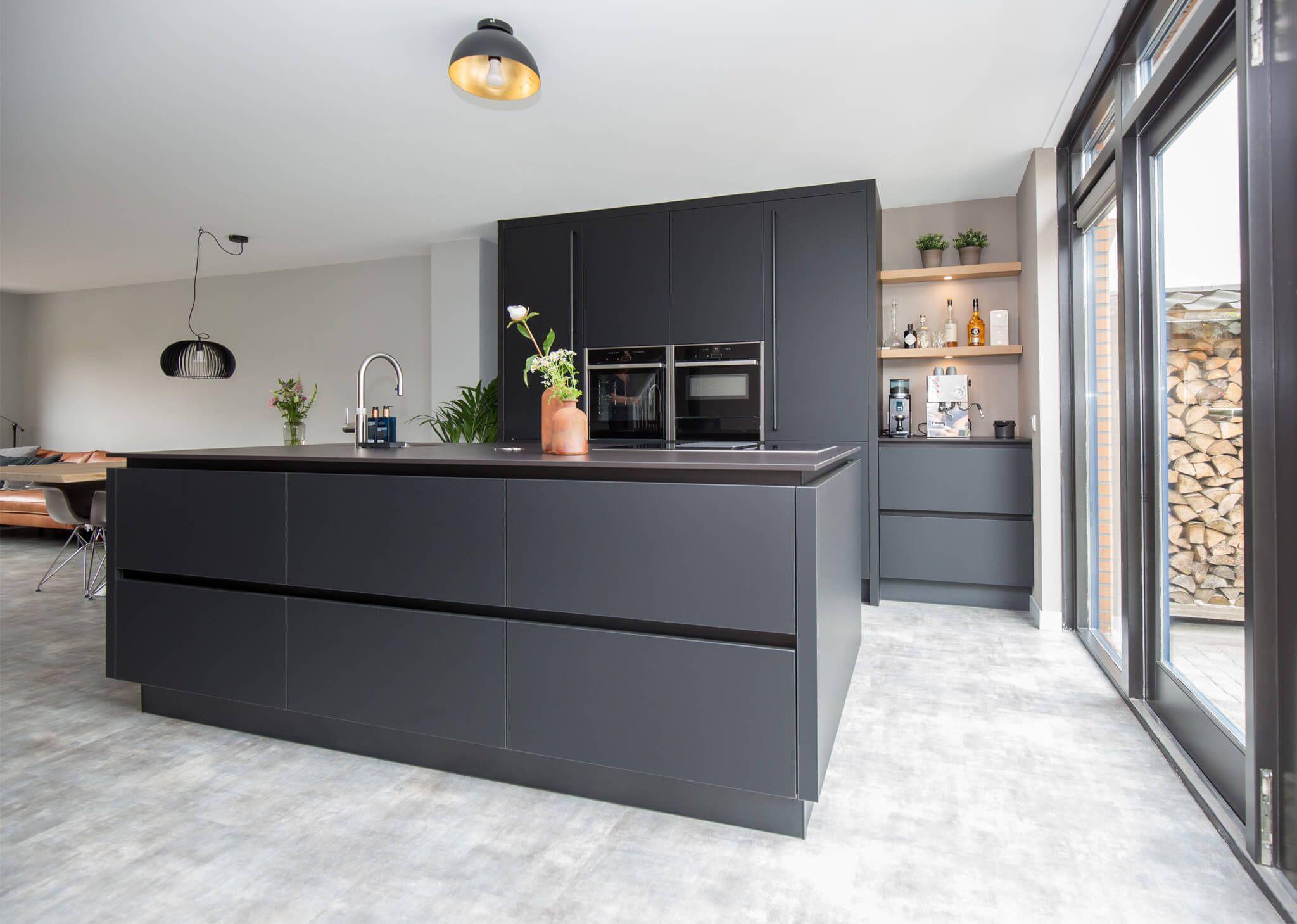 Fenix Keuken Met Zwarte Fronten Keramiek Keukenblad Kookeiland Koffiehoek En Neff Apparatuur Keuken Ontwerp Keuken Interieur Keuken Idee