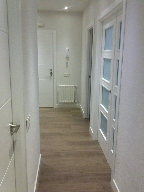 Salones con parquet gris buscar con google parquet for Casas con puertas blancas