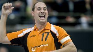 Leon Simons (1 februari 1978) is een voormalig Nederlands korfballer die bijna zijn gehele loopbaan uitkwam voor PKC. Hij kwam in totaal 94 maal uit voor Oranje en is daarmee recordinternational. Op 17 april 2010 nam Simons afscheid van het clubkorfbal. In Ahoy speelde hij op 31 oktober 2010 zijn laatste wedstrijd voor het Nederlands Team. Op het Europees Kampioenschap nam hij afscheid na een 25-21 zege op België in de finale van het in Nederland gehouden toernooi. Leon is nu coach van het…