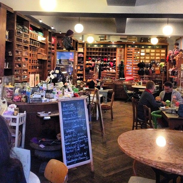 Cafe Marais Cafe In Ehemaligem Textilwarenhaus Mit Vielfaltigem Retrodekor Das Fruhstuck Sandwiches Und Kuchen Serviert Adresse Parkstrass Mit Bildern Munchen Fruhstuck