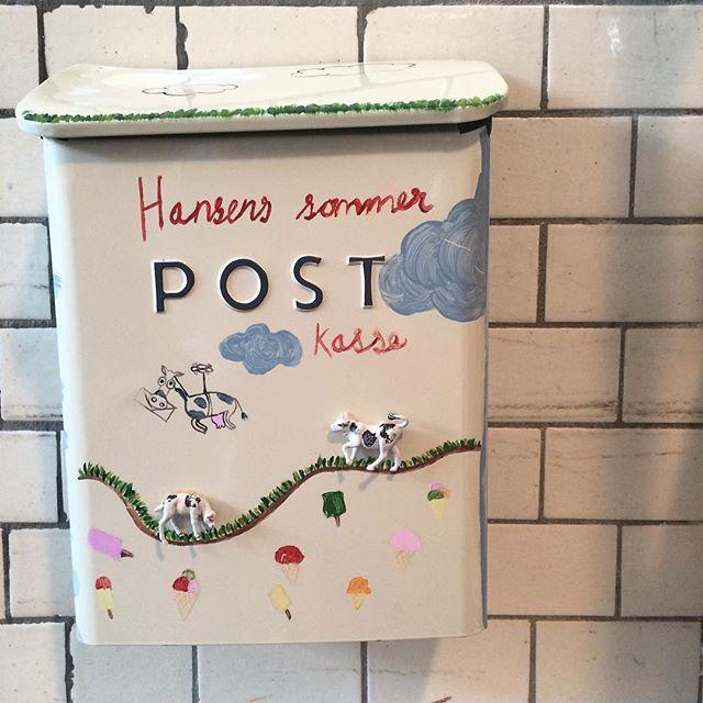 Vi har fået postkasse på mejeriet. Så, hvis du kommer forbi Jægerspris så tag en smuttur forbi Mejerieudsalget, vælg et Hansens postkort og skriv en sommerhilsen til en du vil gøre glad. Vi sender postkortet for dig:)