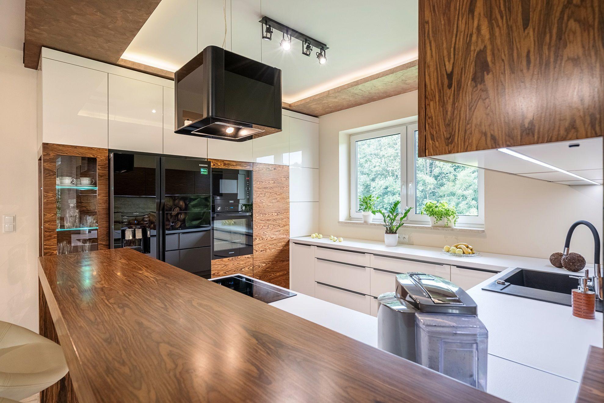 Biale Fronty Szafek Przelamano Fornirem Na Wysoki Polysk Dzieki Czemu Wnetrze Sprawia Wrazenie Bardziej Przytulnego Kuchnia Des Kitchen Home Decor Furniture