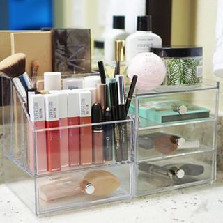 This makeup display is 💯! Simplify your morning (or Saturday night 😁) routine with clear organizers! 📷: @littlepieceofchic.