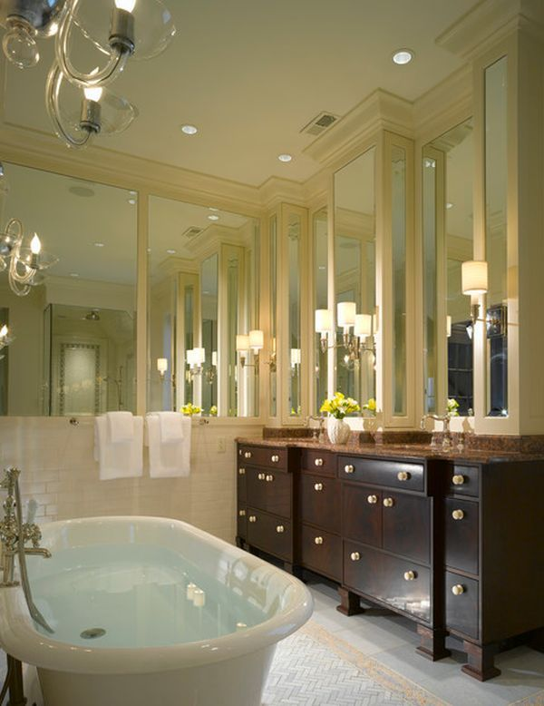 Charmant Stylish Bathroom Featuring Molding Over Mirrored Walls