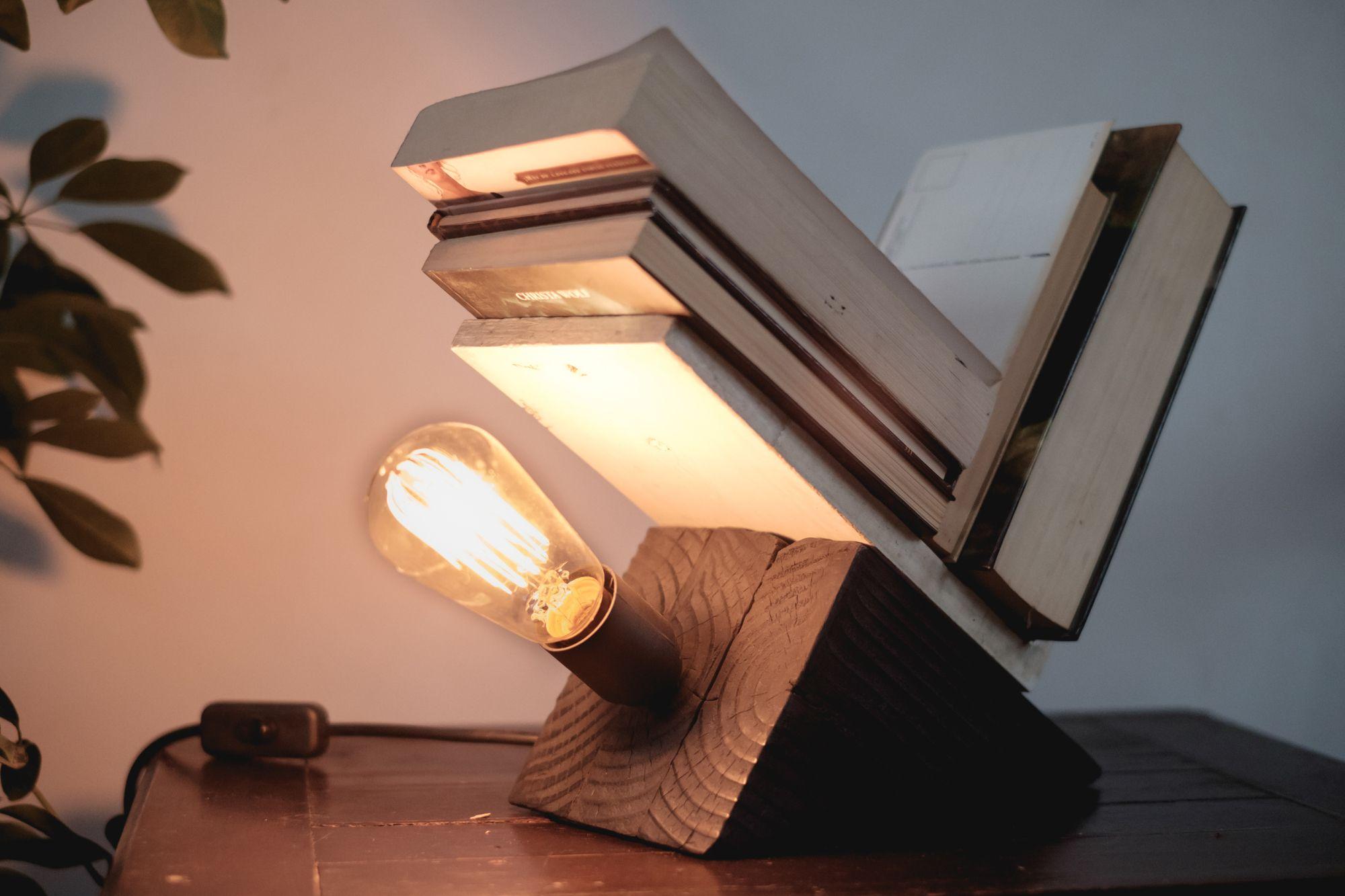 Una innovadora lámpara de madera quemada y hormigón armado por