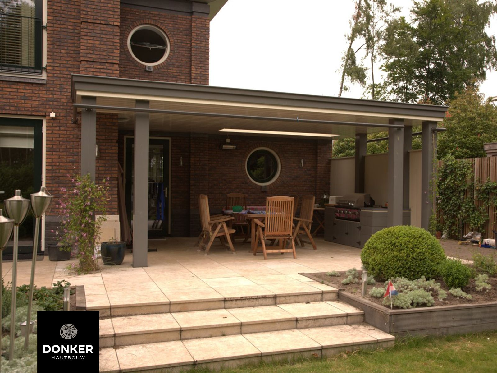 Donker houtbouw klassieke veranda veranda aan huis uniek