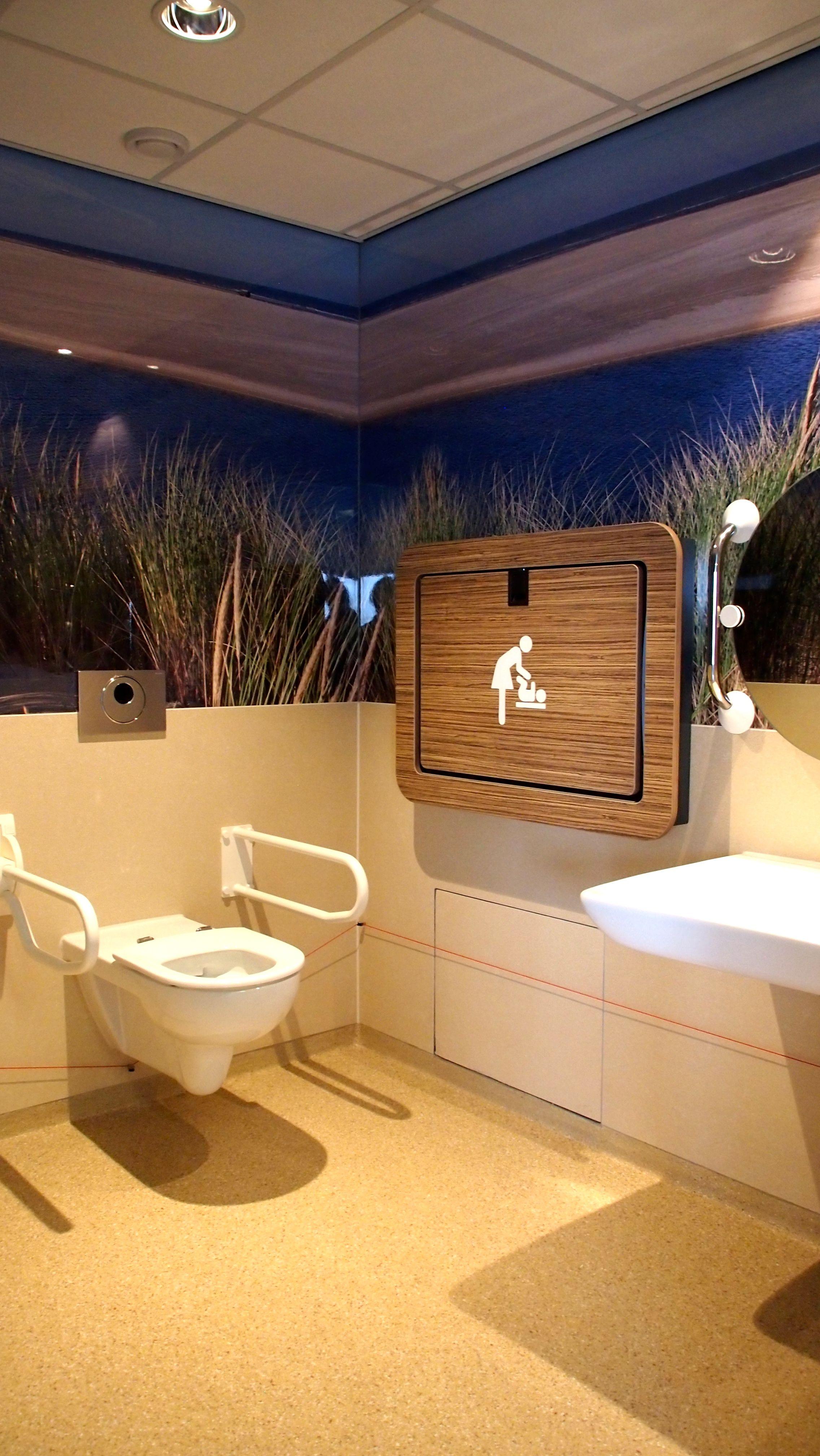 Nieuwe toiletten bij TESO (Koninklijke N.V. Texels Eigen Stoomboot Onderneming). De toiletten bevinden zich in de vertrekhal aan de walkant in Den Helder.