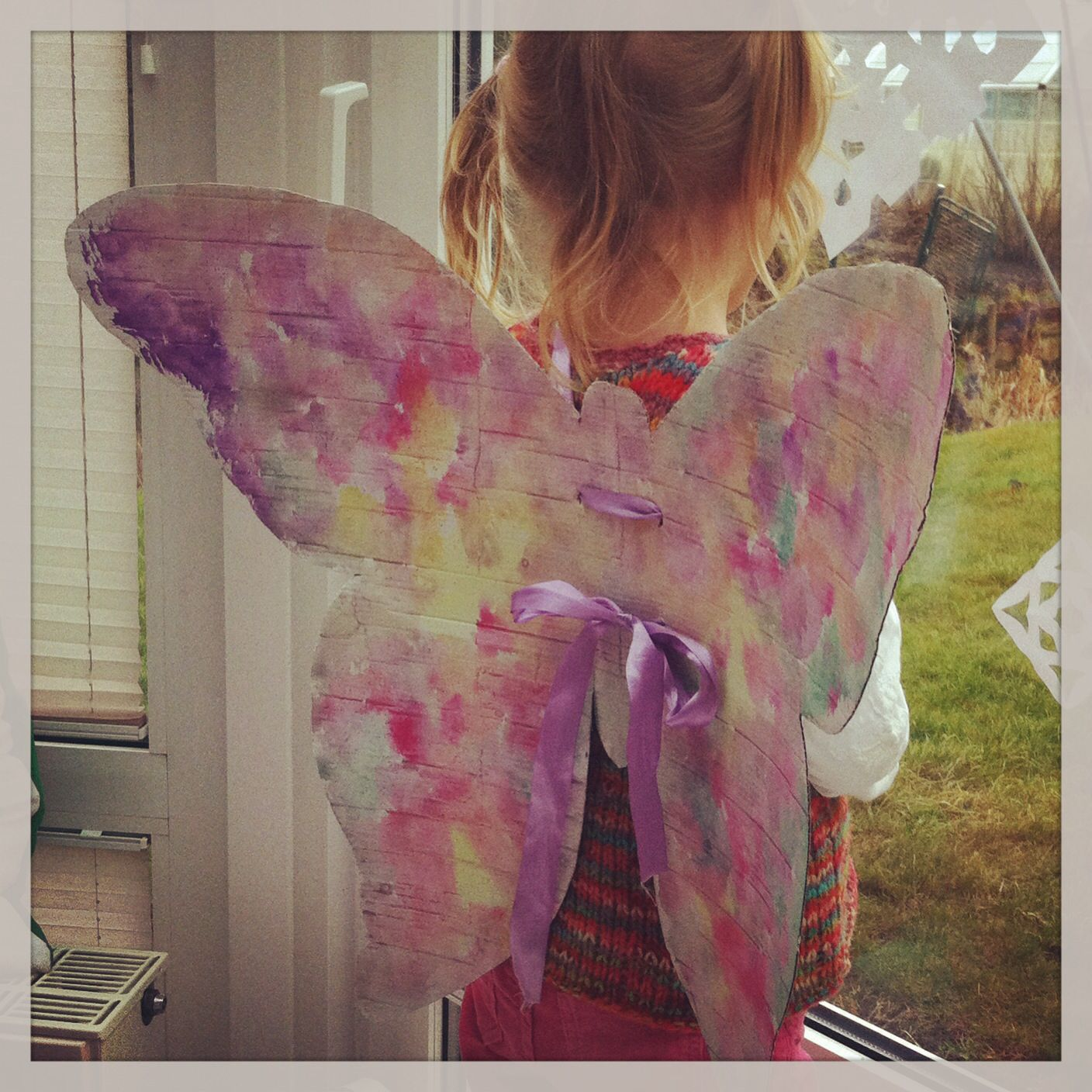 Butterflywings made from cardboard and watercolours. Schmetterlingsflügel aus Karton, bemalt mit Wasserfarbe.