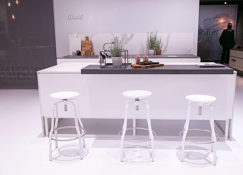 k chentrends 2016 k che white kitchen wei e k che graue arbeitsplatte sch ne barhocker. Black Bedroom Furniture Sets. Home Design Ideas