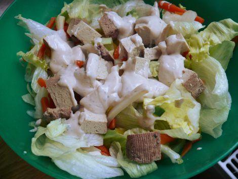 Cattas Tahiniliebe 2: zu Salat mit Räuchertofu.