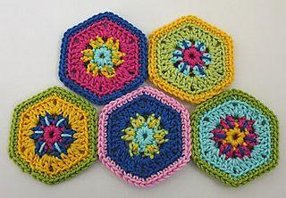 Hexagon flower tutorial in German and English by Elealinda.