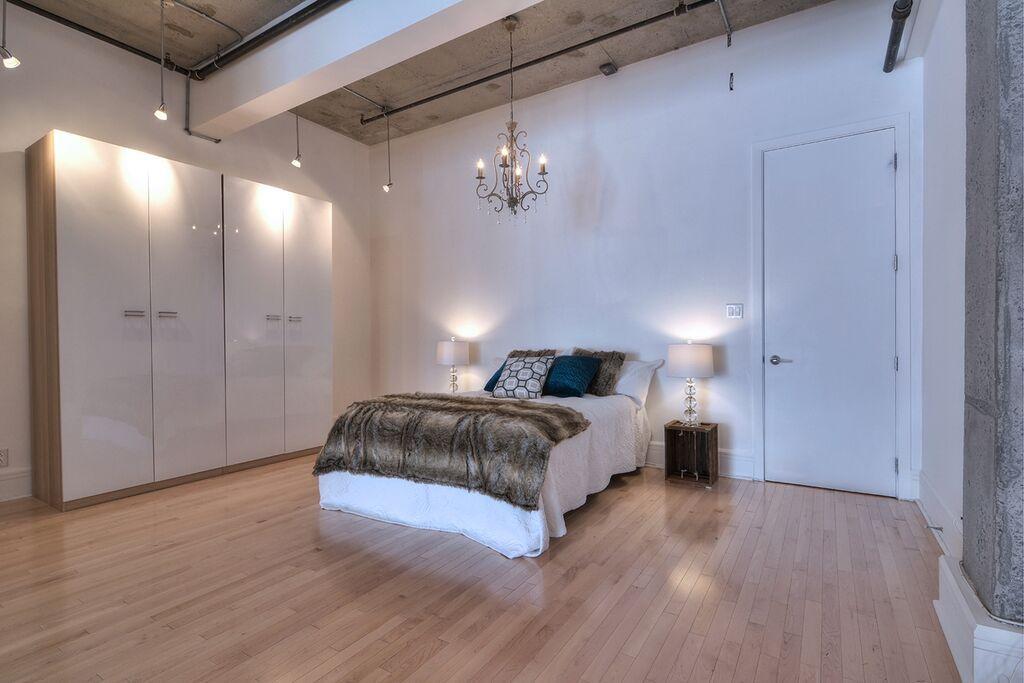 Fourrure, glamour et une touche de matériaux bruts pour cette chambre à aire ouverte