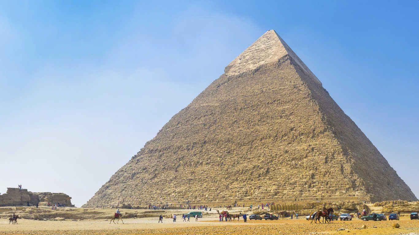 Die Pyramiden von Gizeh sind das einzige der sieben Weltwunder der Antike, das noch erhalten ist. Sie zählen zu den ältesten Bauwerken der Menschheit. Und noch immer ranken sich Rätsel und Legenden um die gigantischen Monumente. Etwa 15 Kilometer südwestlich von Kairo liegen sie am Rand des Niltals. Weltkulturerbe sind sie seit 1979, jährlich kommen 2,6 Millionen Besucher. Die Cheops-Pyramide ist die größte von ihnen. Sie wurde aus circa drei Millionen Steinblöcken erbaut, von denen jeder…