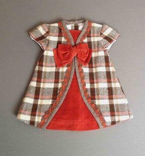 Vestido de paño y terciopelo de cuadros en rojo y marron con puntilla y lazo