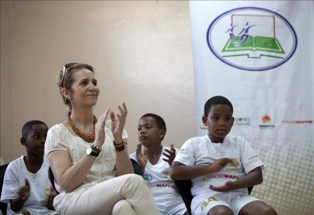 La infanta Elena visita en Santo Domingo un proyecto a favor de niños excluidos