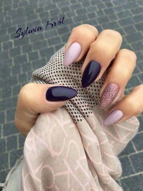 Amandelnagels in de kleuren paars en lila met een glitterende accentnagel van Sylvia …
