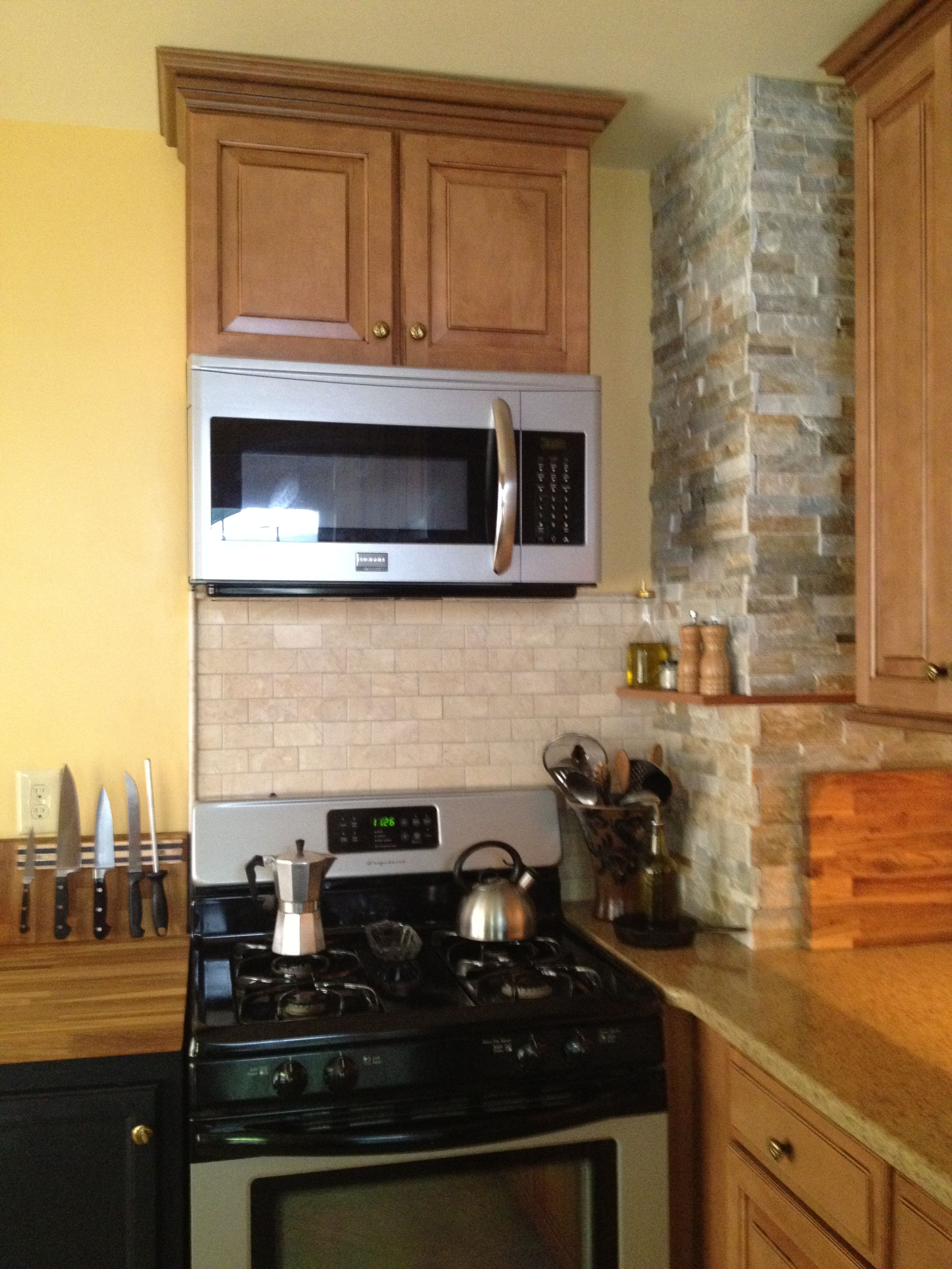 Shenandoah Maple Cabinets With A Spice Finish Backsplash Is Polished Marble And The Chiminey Is Stacked Ledgerstone To Maple Cabinets Cabinet Kitchen Design