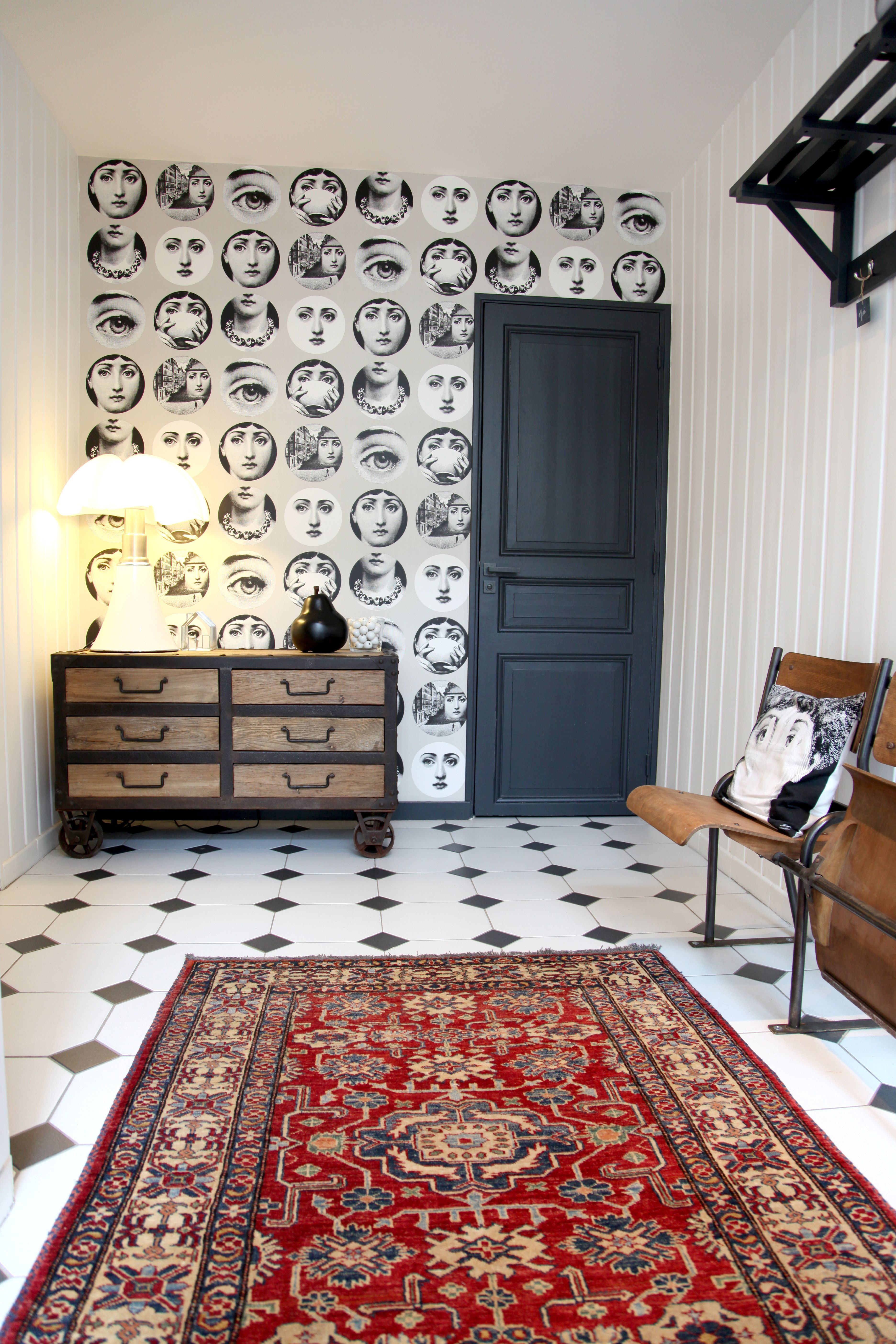 entr e de caract re avec papier peint fornasetti my. Black Bedroom Furniture Sets. Home Design Ideas