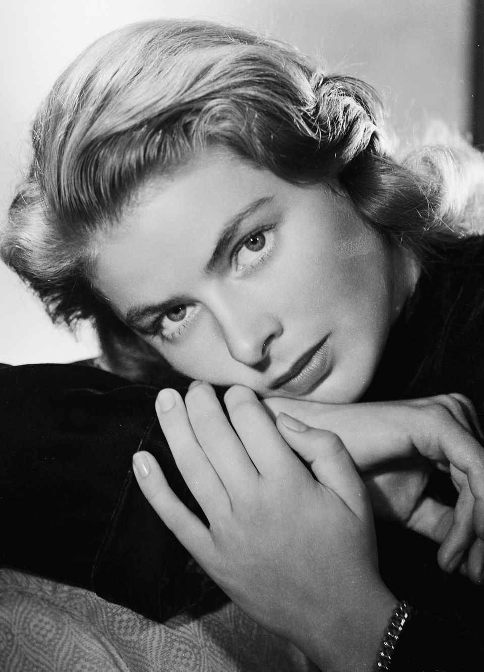 Old Hollywood Beauty Secrets You Won't Believe Bergman notoriously took an au naturale approach to beauty, only wearing a significant amount of makeup if required for a role, but she did shave a centimeter off of her hairline (not an unpopular grooming technique of the time) for a larger forehead.   - Bergman notoriously t...