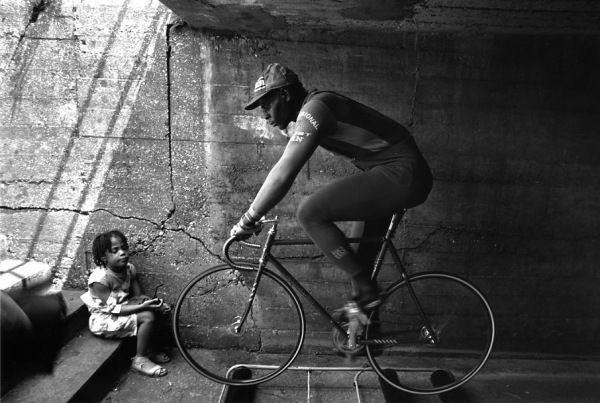 Un cyliste noir, Saint Denis 1981 |¤ Robert Doisneau | Atelier Robert Doisneau | Site officiel