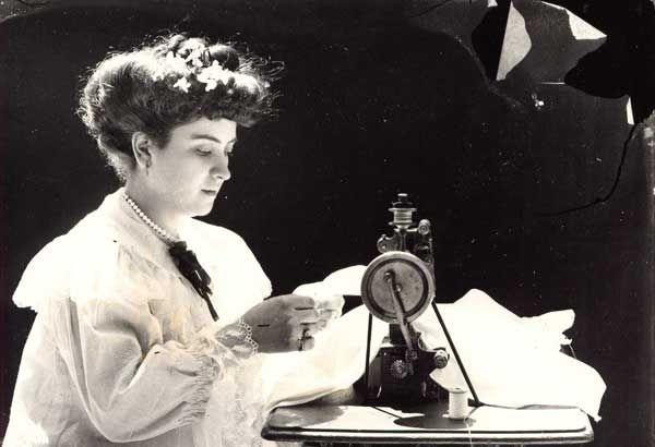 Museo Virtual - ID: 9439 Costurera, máquina de bordar de primeros de siglo XX. M.A. Ecija (Sevilla), 1910.