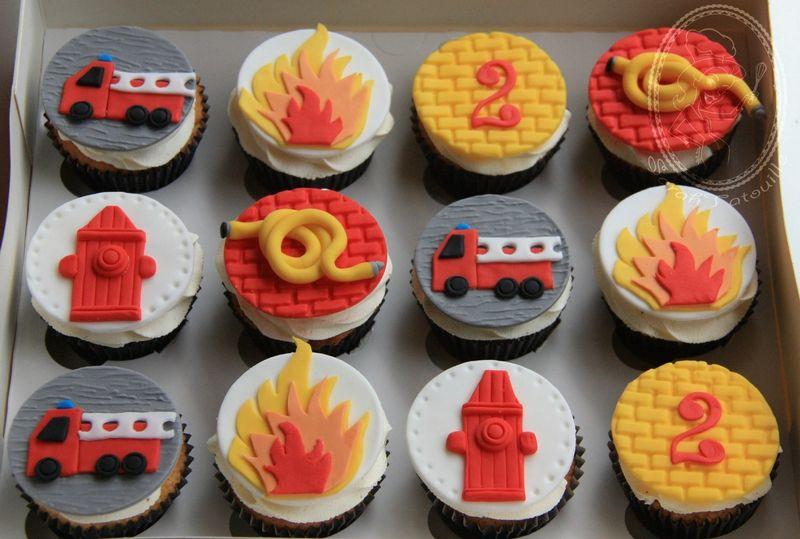 cupcakes theme pompier gateaux en 2019 anniversaire. Black Bedroom Furniture Sets. Home Design Ideas