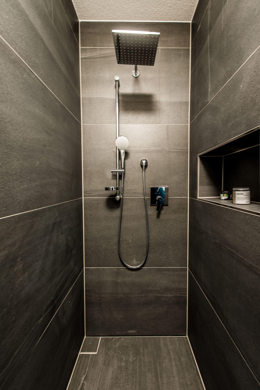 Wohnideen wohnideen  badezimmer mit großzügiger regendusche in anthrazit