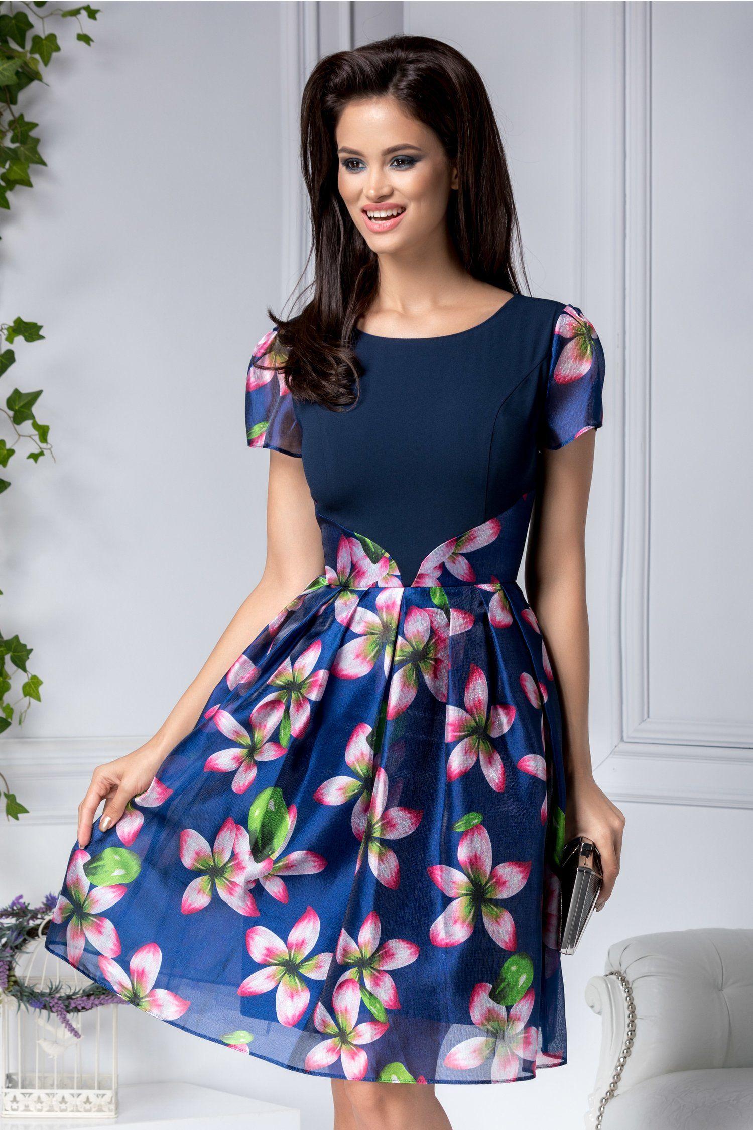 Outfit vestido azul con flores