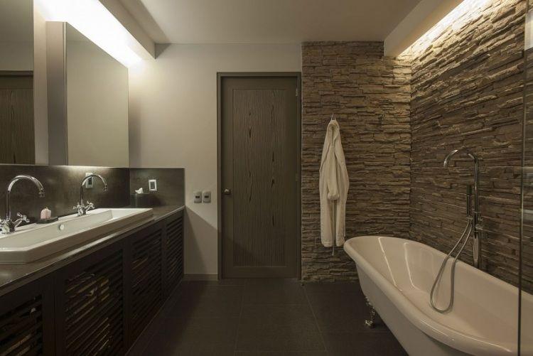 Wandverkleidung in Steinoptik durch Beleuchtung betont - sternenhimmel für badezimmer