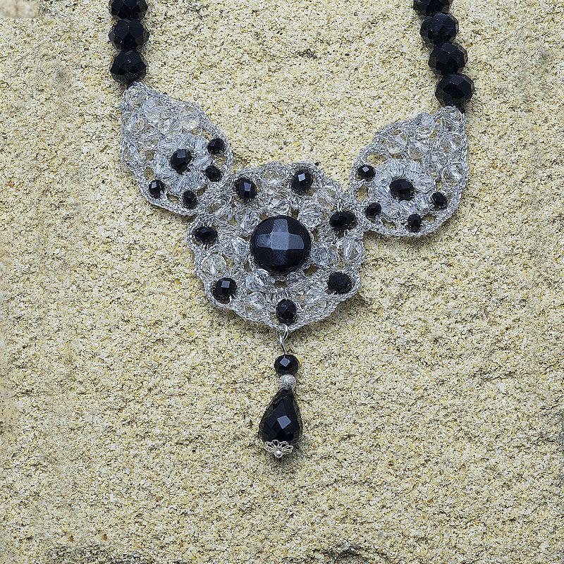 Aracne - Girocollo dallo stile imperiale realizzato a mano con la tecnica dell'uncinetto impreziosito da cristalli bianchi e nero. imponente e maestoso arricchisce il decolte di ogni donna.