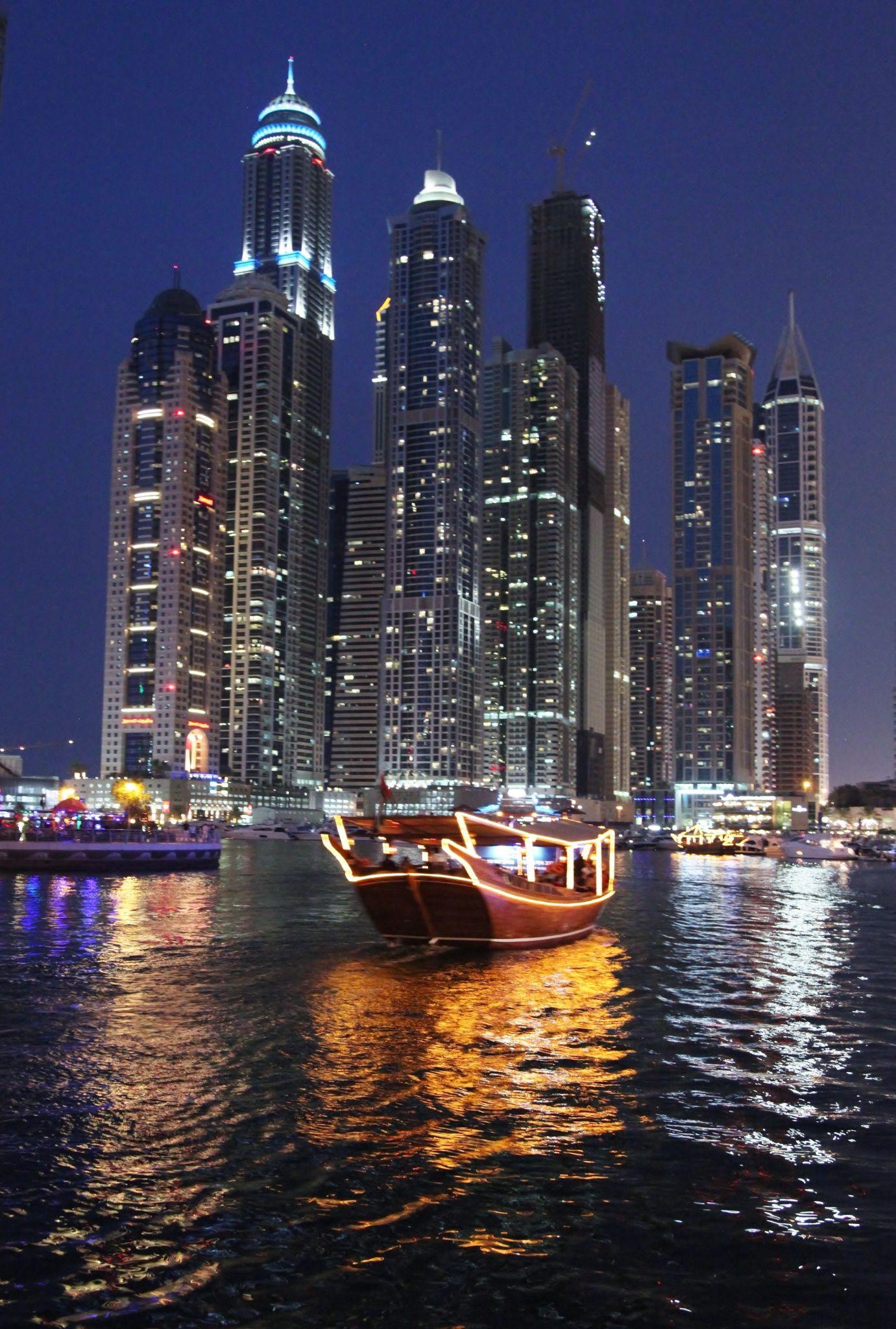 Noche de Dubai Marina, Emiratos Árabes Unidos / por Ranjit Pol