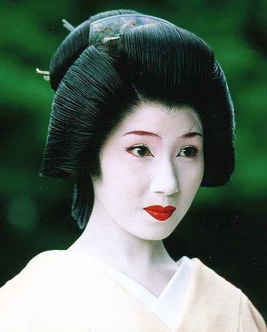 Une coiffure typique de geisha Maquillage geisha