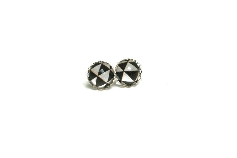 Boucles puces géométriques triangles noir blanc de JUL et FiL DESIGN sur DaWanda.com