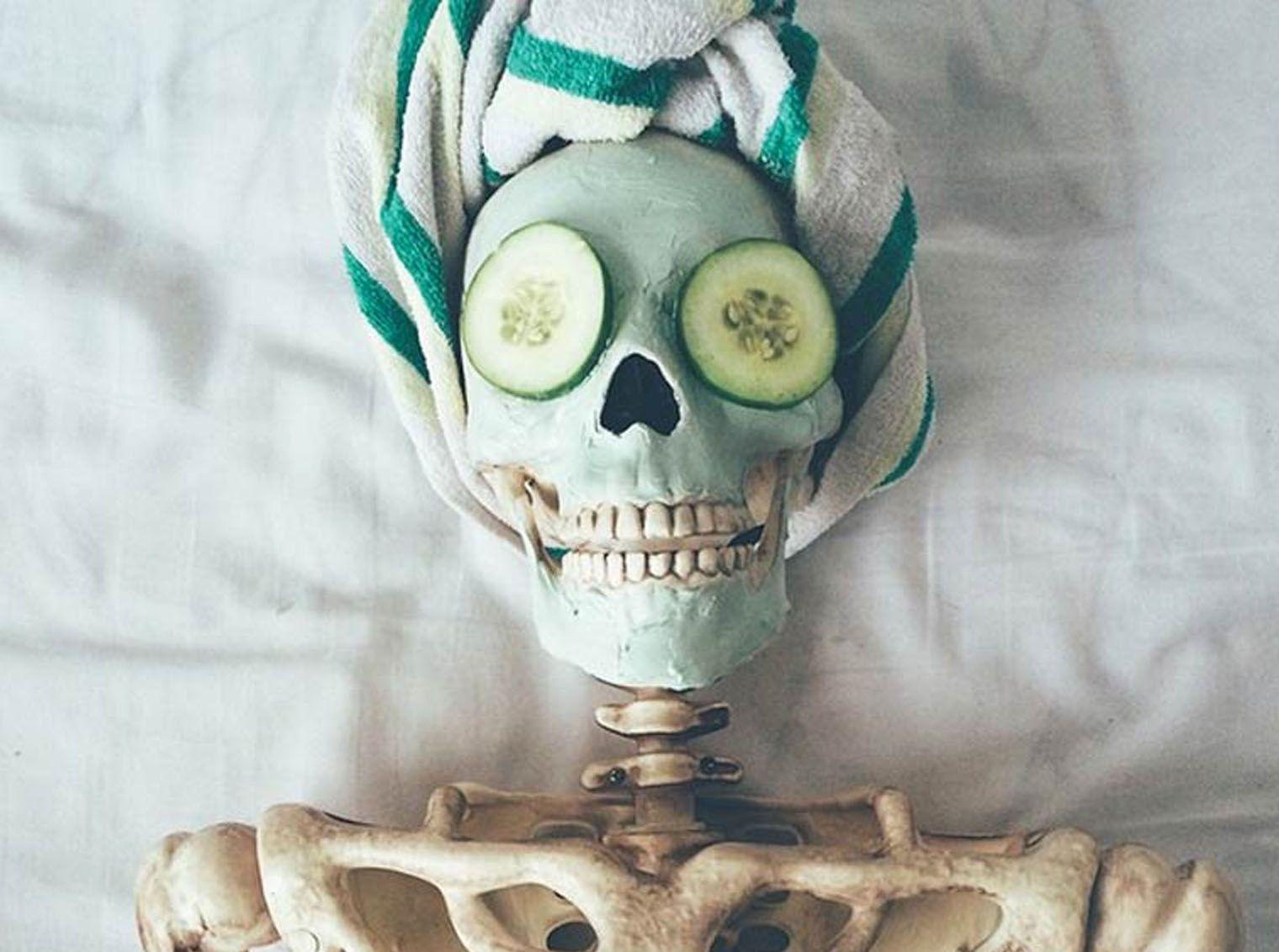 Dana Herlihey criou uma conta no Instagram para seu projeto chamado Literally Dead (Literalmente Morta), onde se diverte encenando o dia-a-dia típico de uma garota com Skellie, um esqueleto herdado de suas decorações de Halloween.