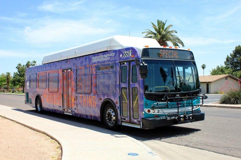 Yo viajo en autobus alrededor del pueblo.