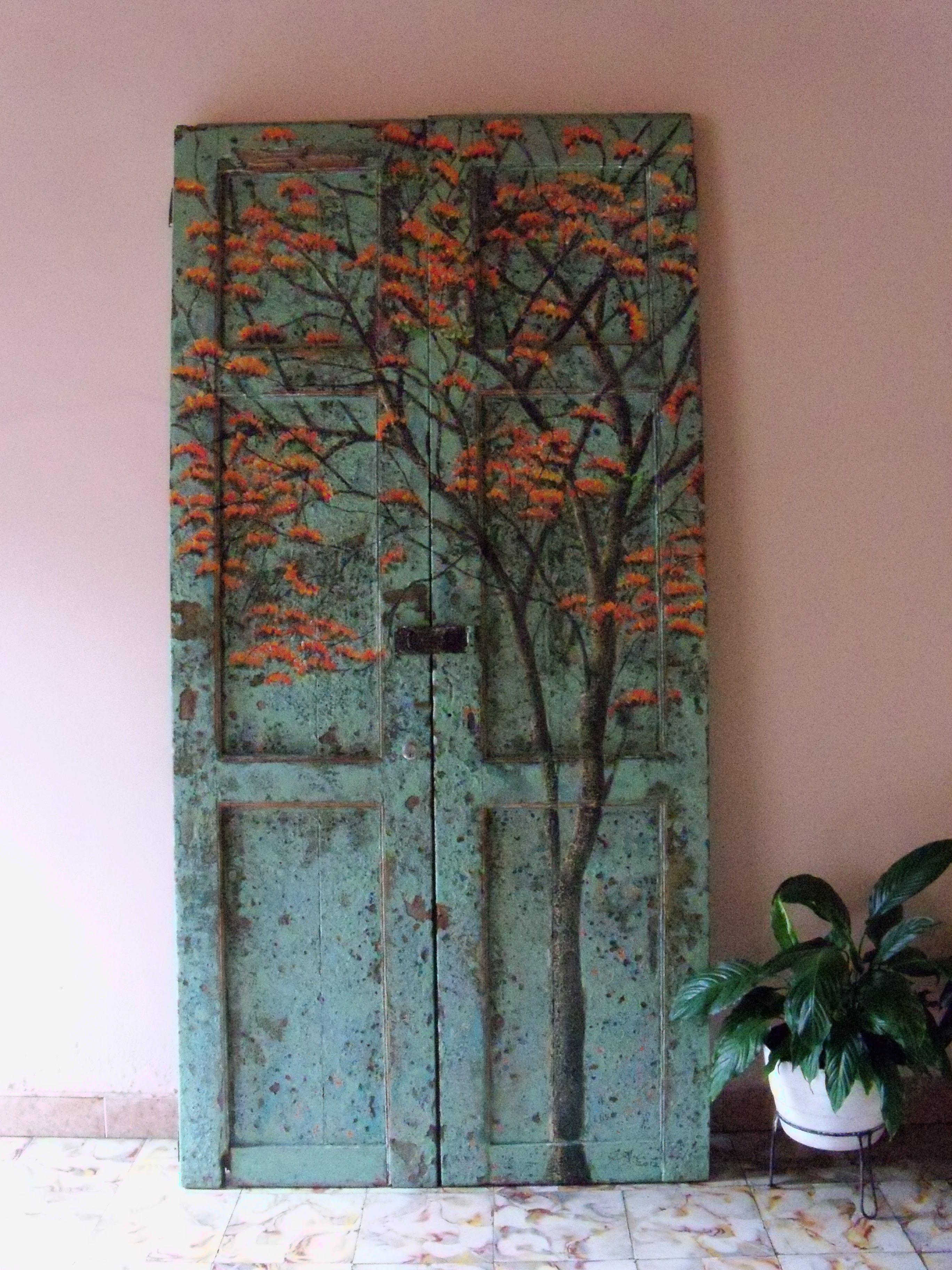 puerta encontrada intervenida con un cambulo en flor
