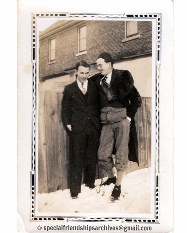 <Winter Fashion> Two friends showing their style in wintertime. Probably in the 1940's. /// Deux amis à la mode d'hiver. Probablement dans les années 1940. #vintagefashion #fashion #bromance #strikeapose