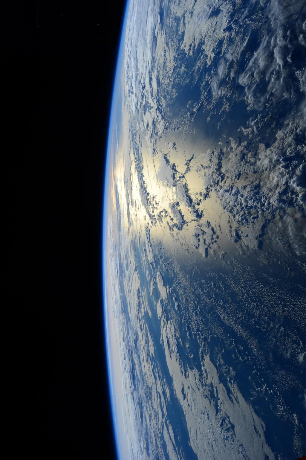 Sam Cristoforetti @AstroSamantha Good night from #space. Buona notte dallo spazio.