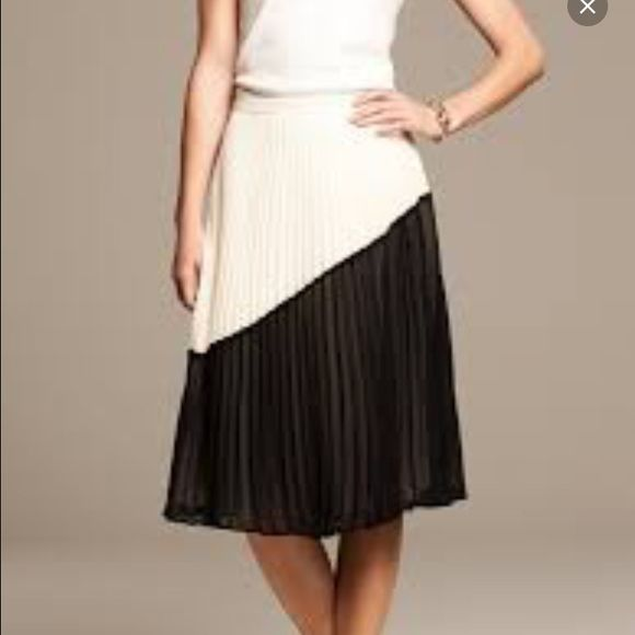 Banana Republic color block pleated midi skirt 0 This flowy midi skirt is incredibly flattering and has only been worn a handful of times. The color blocking is in black and ivory. Banana Republic Skirts Midi