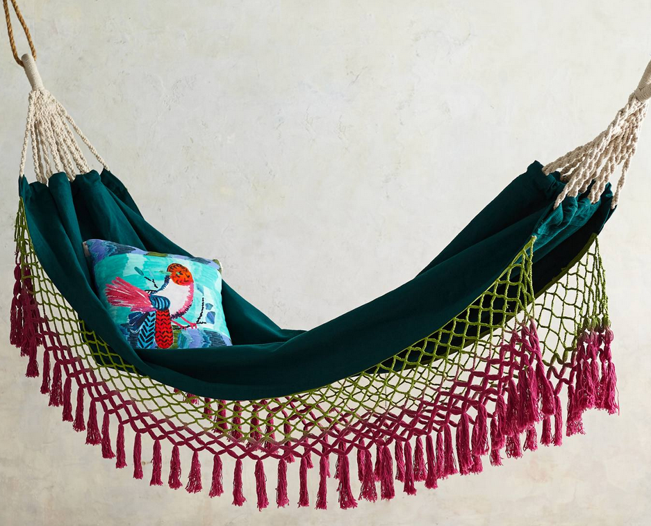Rede com franjas lindas e coloridas.   Hammock with beautiful and colorful fringe.