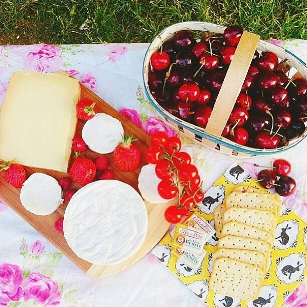 Cherries, cheese and crackers. Das ma jam roit ther.